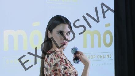 b1e7c5dc2b Adriana Ugarte luce escotazo para presentar las nuevas gafas de 'MO' de  multiopticas