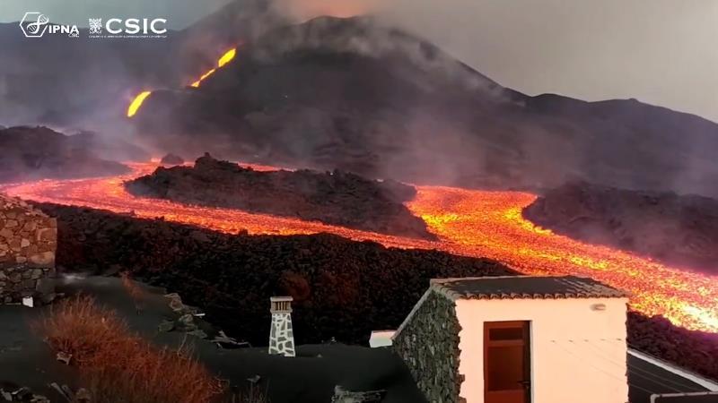 Ordenan la evacuación de más zonas tras el avance de la colada de lava del volcán al noroeste